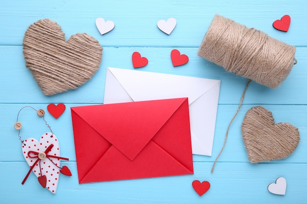 Valentijnsdag achtergrond met decoratie. samenstelling op blauwe houten tafel.
