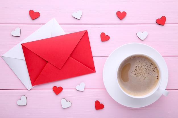 Valentijnsdag achtergrond met decoratie. samenstelling op roze achtergrond.