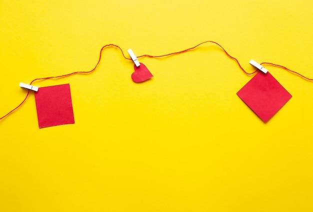 Valentijnsdag achtergrond met rode harten en accessoires op gele achtergrond. liefde vormen achtergrond.