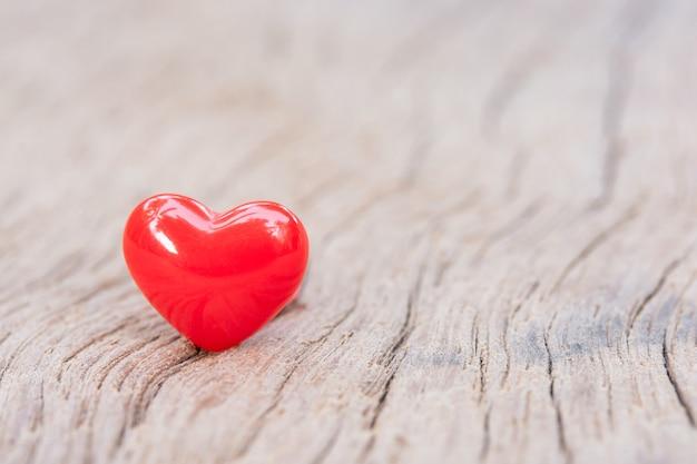 Valentijnsdag achtergrond met rode harten op houten plank, kopieer ruimte