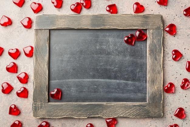 Valentijnsdag achtergrond met rood hart en schoolbord, bovenaanzicht