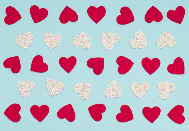 Valentijnsdag achtergrond met veel vilt rood en wit met bloemen harten