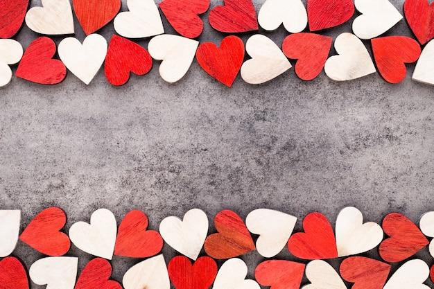 Valentijnsdag achtergrond met witte einde rode harten op houten achtergrond
