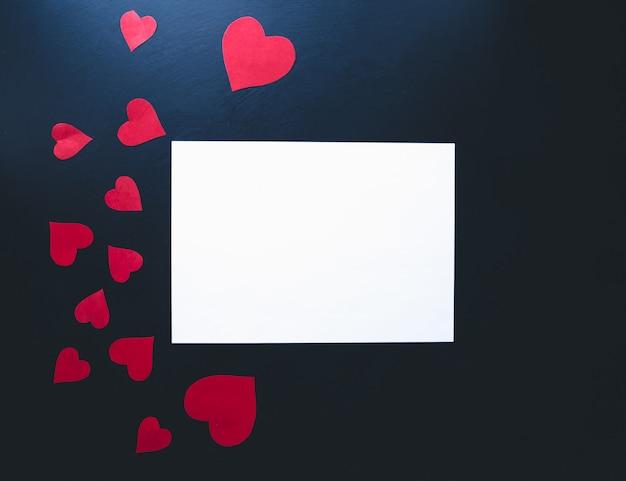 Valentijnsdag achtergrond. papier harten op een blauwe achtergrond