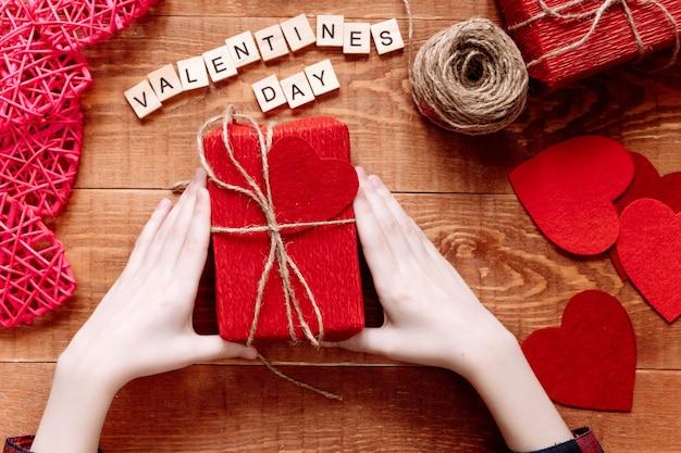 Valentijnsdag achtergrond. valentijnscadeaus maken, doe-het-zelf hobby. diy-concept voor kinderen. hartdecoratie of wenskaart maken. handgemaakt concept.