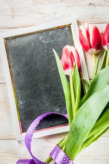 Valentijnsdag achtergrond voor felicitaties, wenskaarten. de verse bloemen van de lentetulpen