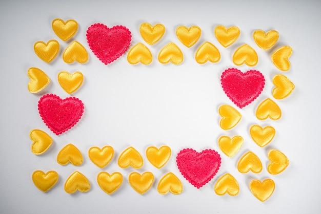 Valentijnsdag banner met gouden en rode harten, bovenaanzicht
