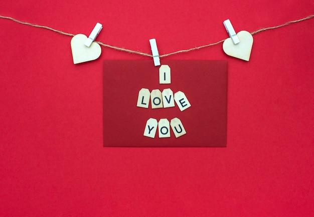 Valentijnsdag belettering tekst met houten letters op rode achtergrond. wenskaart, banner