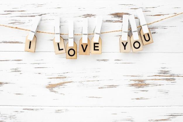 Valentijnsdag belettering tekst met houten letters op witte achtergrond. wenskaart, banner