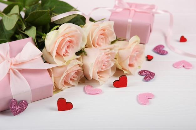 Valentijnsdag boeket en geschenken op roze achtergrond