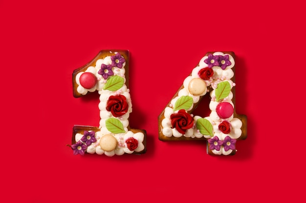 Valentijnsdag cake met 14 nummer vorm op rood