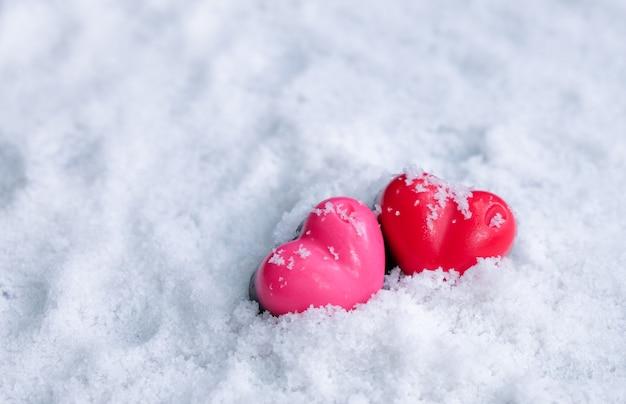 Valentijnsdag chocolade harten liefhebber op sneeuw.