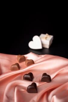 Valentijnsdag chocolade op satijn met kopie ruimte
