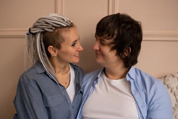 Valentijnsdag. close-up van paar in slaapkamer zittend op bed thuis. samen tijd doorbrengen.