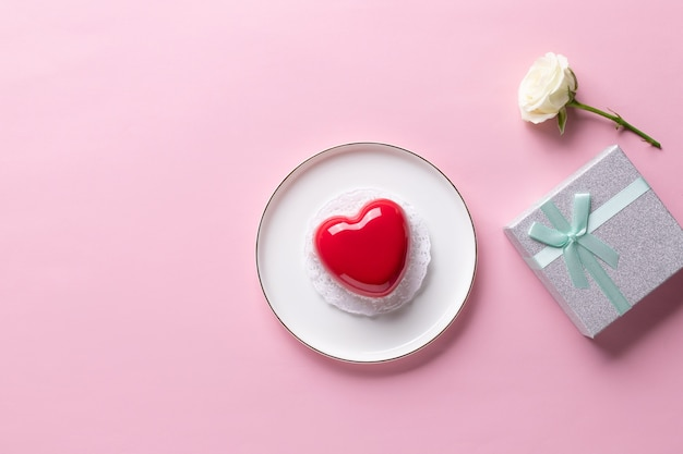 Valentijnsdag collectie. hartcake, witte bloem, geschenkdoos