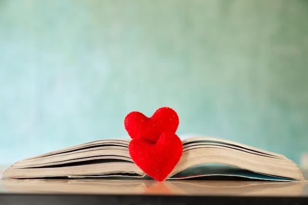 Valentijnsdag concept. hart van het boek. wenskaarten.