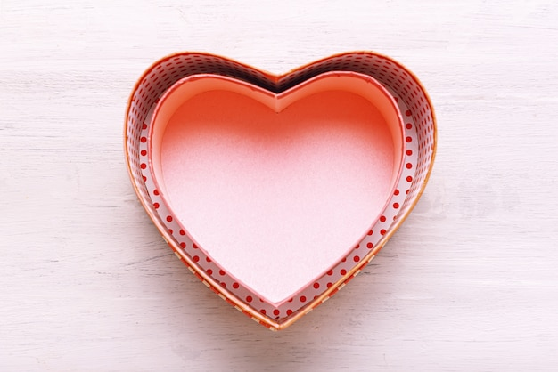 Valentijnsdag concept. hartvormige geschenkdozen op een lichte houten tafel