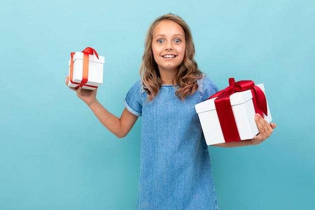Valentijnsdag concept. meisje met twee dozen geschenken op lichtblauw