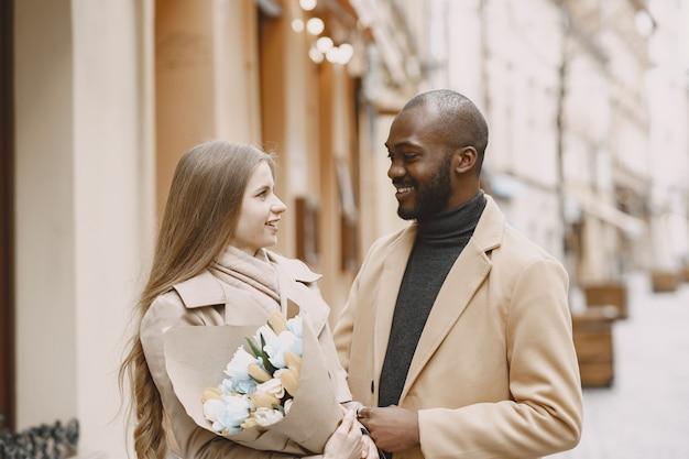 Valentijnsdag concept. mensen lopen naar buiten. gemengde mensen in een stad.