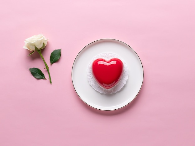 Valentijnsdag concept met hart cake en witte roos
