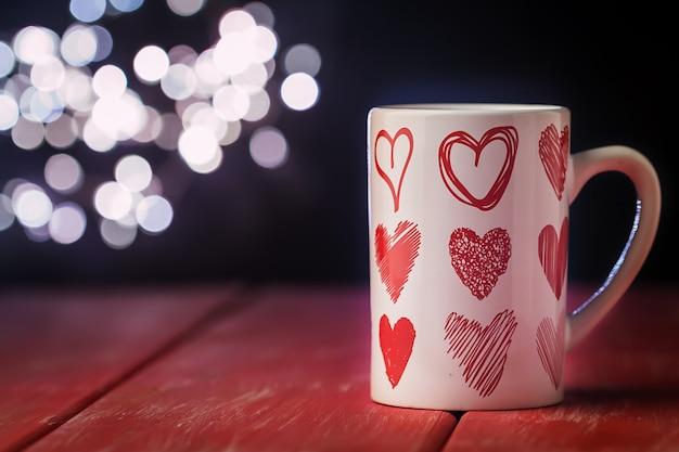 Valentijnsdag concept met kop warme drank
