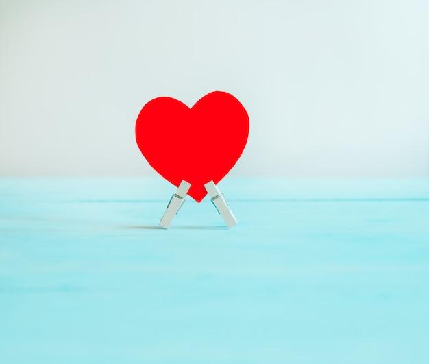 Valentijnsdag concept met rode harten op een pastel achtergrond. valentijnsdag achtergrond