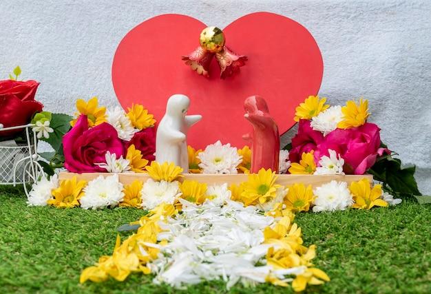 Valentijnsdag concept mock-up paar knuffelen gesimuleerde bruiloft versierd met rozen en bloemen