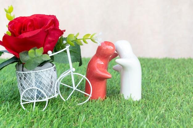 Valentijnsdag concept mock-up paar knuffelen op grasvloer