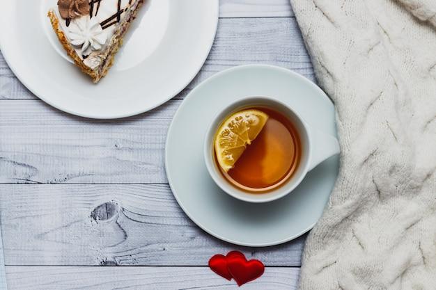 Valentijnsdag concept - ontbijt met thee en cake.