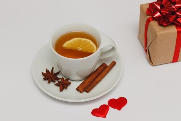 Valentijnsdag concept - ontbijt met thee en een klein cadeautje.