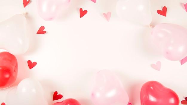 Valentijnsdag concept op witte achtergrond met kopie ruimte.