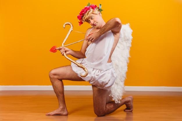 Valentijnsdag concept. portret van de god van liefde - cupido met pijl en boog.
