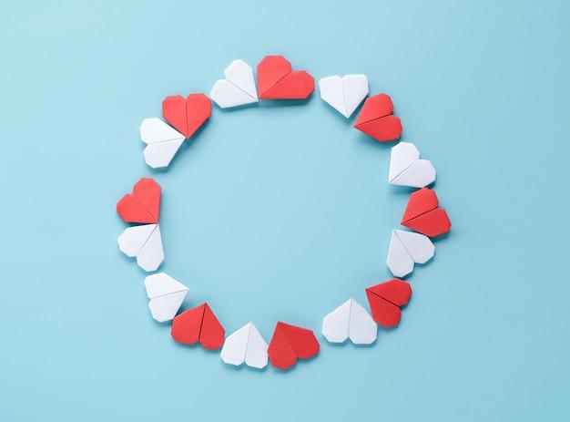 Valentijnsdag concept, rood en wit hart op blauwe achtergrond.