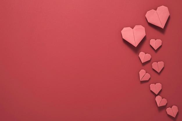 Valentijnsdag concept, rood hart op rode achtergrond.