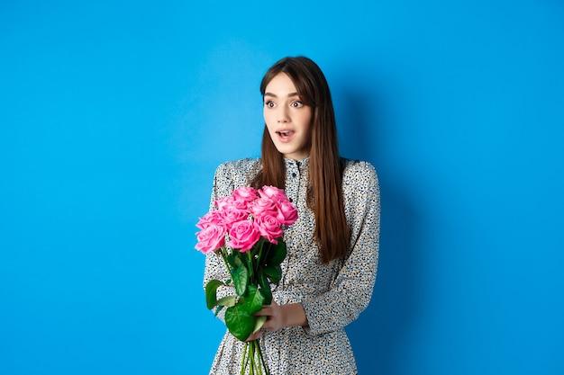 Valentijnsdag concept verrast gelukkig meisje opzij kijken met verbazing ontvangen boeket romantisch...
