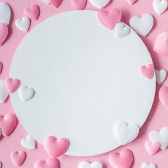 Valentijnsdag concept. wenskaart met een roze en witte harten en ruimte voor tekst. bovenaanzicht plat leggen. detailopname.