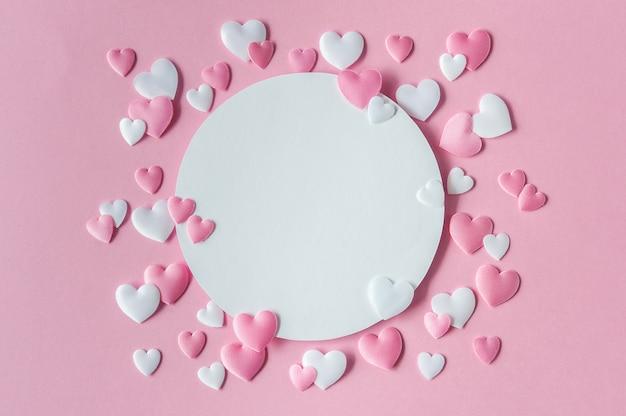 Valentijnsdag concept. wenskaart met roze en witte harten