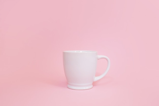 Valentijnsdag cup met koffie en rode harten. kopie ruimte valentijn concept. uitzicht van boven.