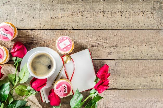 Valentijnsdag cupcakes met koffiekopje