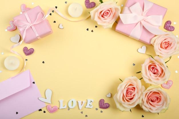 Valentijnsdag decoraties, boeket en geschenken op gele achtergrond