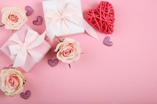 Valentijnsdag decoraties, boeket en geschenken op roze achtergrond