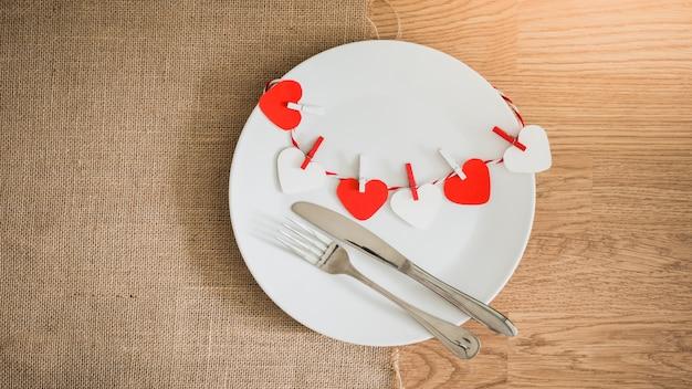 Valentijnsdag diner met de instelling van de tabel