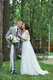 Valentijnsdag, een paar verliefd knuffelen en kussen in het park