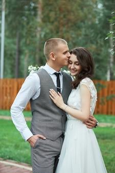 Valentijnsdag, een verliefd paar knuffelen en kussen in het park. man koestert mooie vrouw, verloving