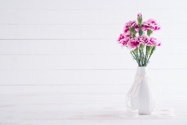 Valentijnsdag en liefde concept. roze anjerbloem in vaas