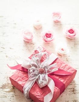 Valentijnsdag en moederdag concept, rode geschenkdoos