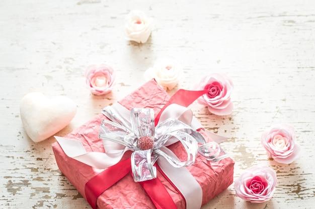 Valentijnsdag en moeders dag concept, rode geschenkdoos