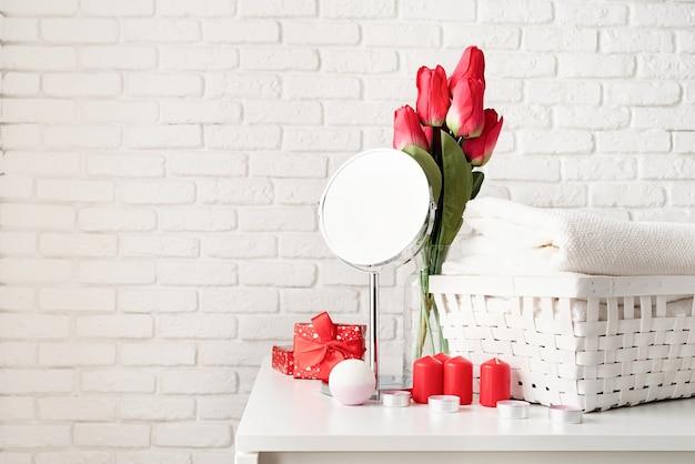 Valentijnsdag en vrouwendag concept. cosmetica en spa-accessoires met geschenkdoos