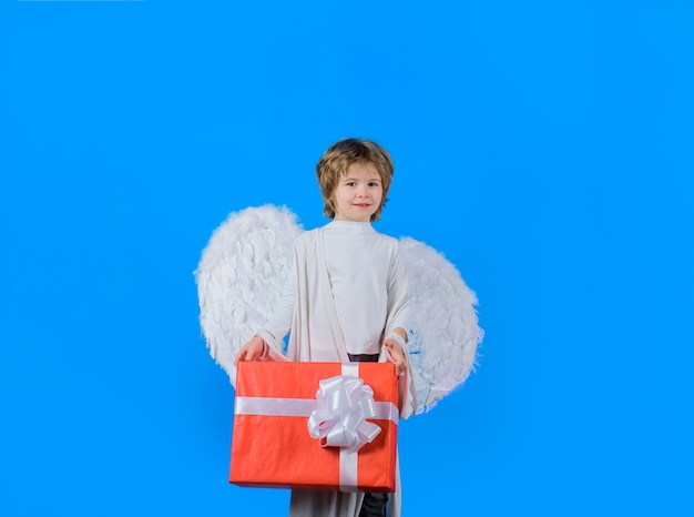 Valentijnsdag engeltje met huidige doos jongen engel met doos cupido engel met witte vleugels cupido