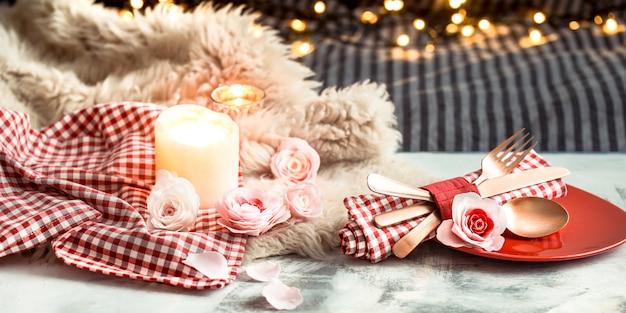 Valentijnsdag feestelijk diner op een houten tafel bestek